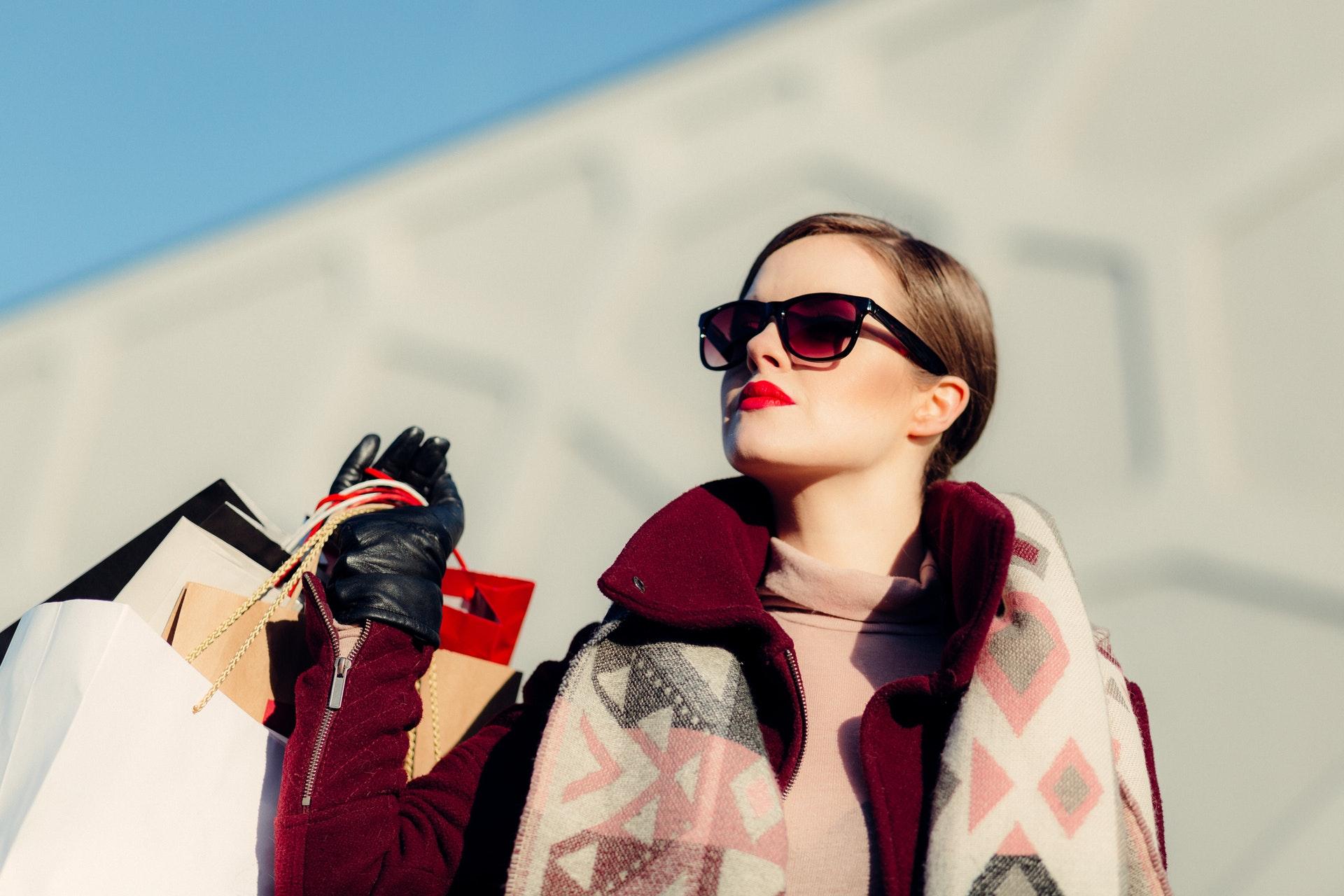 アラフィフ女性の魅力をひきだすファッションはこれ!