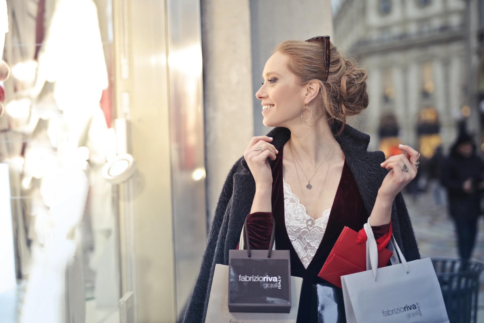 アラフィフ女性の魅力を引き出すファッションと魅力的にみせるコツ